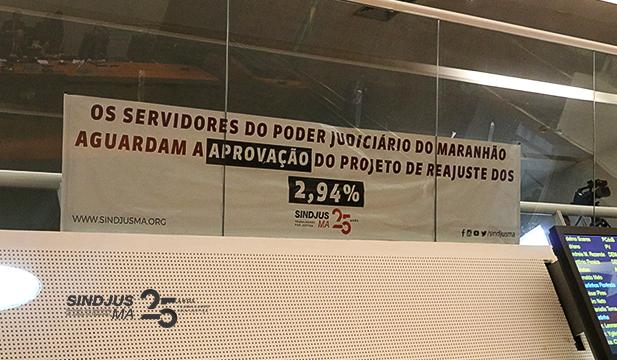 Faixa fixada na Galeria do Plenário da Assembleia Legislativa pela aprovação dos 2,94%