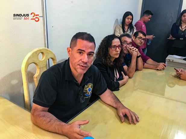 Oficial de justiça Chrystian Pinheiro (de preto)