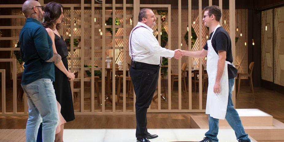 Aristeu Guimarães cumprimentando o chef Erick Jacquin após anúncio da eliminação. Foto: Reprodução/Carlos Reinis/Band