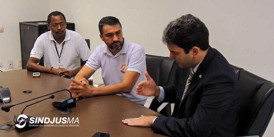 O oficial de justiça Emanoel Jansen, à esquerda; o secretário-geral do Sindjus-MA, Márcio Andrade Souza, em conversa com o deputado Eduardo Braide (PMN)