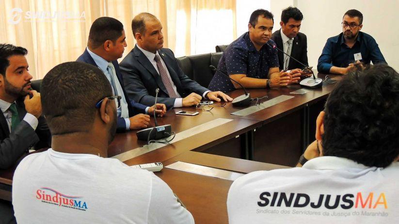 Diretores do Sindjus-MA durante a reunião com deputados na sala das Comissões Parlamentares