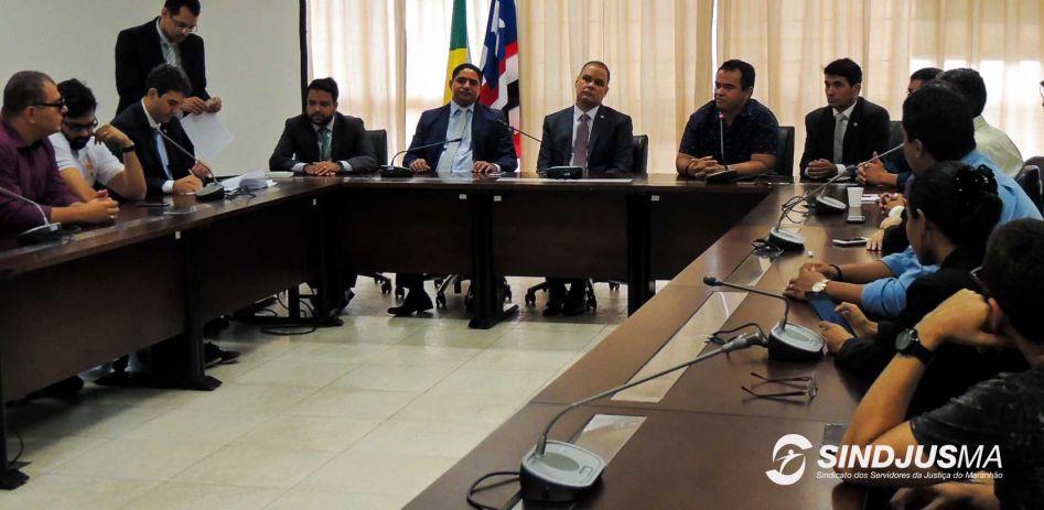 Servidores da Justiça e diretores do Sindjus-MA em reunião com deputados estaduais