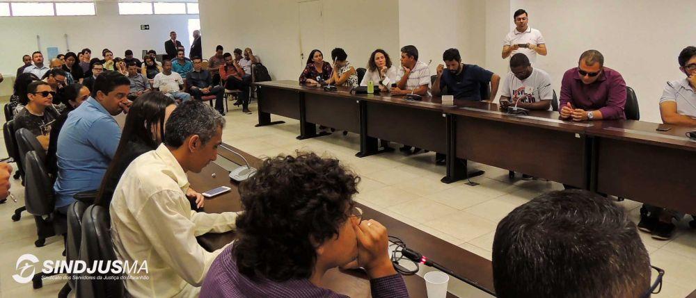 Dezenas de servidores acompanharam a reunião com os deputados estaduais