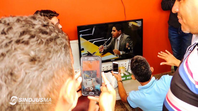 Com as  galerias fechadas, servidores acompanharam a sessão por uma TV colocada pelo Sindicato no andar térreo