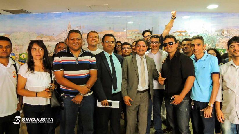 Servidores da Justiça e diretores do Sindjus-MA com o deputado Zé Inácio (PT), ao centro, de terno claro