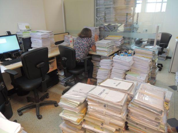 Pela ausência de espaço físco nos armários, os processos já estão sendo acomodados no chão das secretarias.