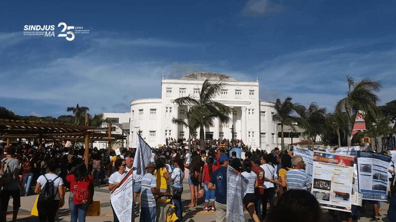 Em São Luís, cerca de 20 mil pessoas se reuniram na tarde de ontem (15) em protesto em defesa da educação brasileira