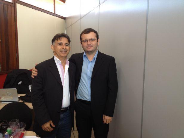 O Oficial de Justica Francisco Jos� Fernandes ao lado do vice-presidente do Sindjus, Fredson Costa