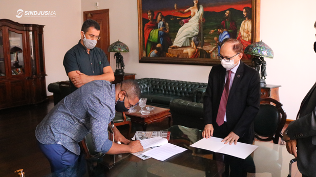 Presidente em exercício do Sindjus-MA, George Ferreira (camisa azul), assinou termo de cooperação, fruto de diálogos e reuniões entre o Sindicato e a Presidência do TJMA