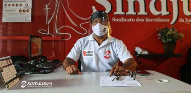 Valter, funcionário do Sindjus-MA, na recepção do Solar com toda a proteção obrigatória