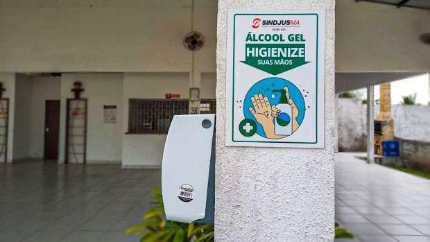 Nos locais estarão disponíveis dispensers com álcool em gel para higienização