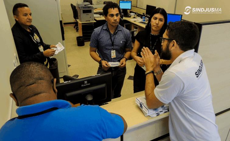 Diretores do Sindjus-MA em conversa com servidores do Fórum Calhau sobre a necessidade de barrar a Reforma da Previdência