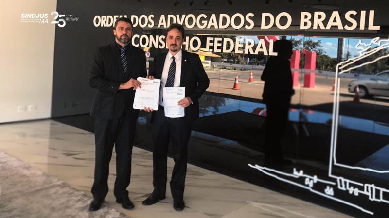O secretário-geral do Sindjus-MA, Márcio Luís, e o Dr. Paulo Freire, do escritório Cezar Britto Advogados Associados, protocolaram no CFOAB o pedido de ADIn contra a lei do TJMA que passou a exigir nível médio para a carreira de oficial de justiça