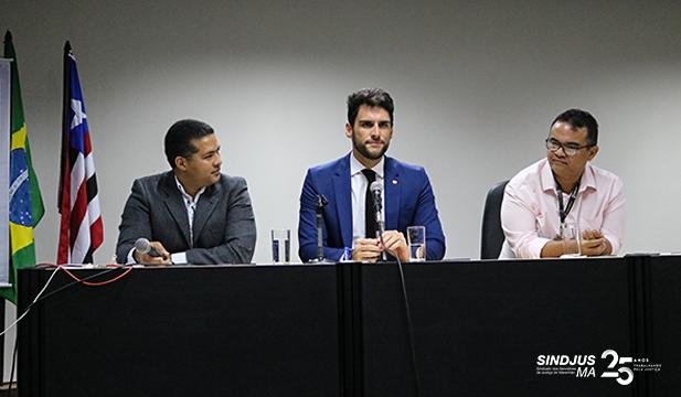 Gerente de projetos do TJRR, Ville Medeiros, juiz do TJPE, José Faustino Ferreira, e presidente do Sindjus-MA, Anibal Lins, durante formação de mesa do evento que discutiu Inteligência Artificial