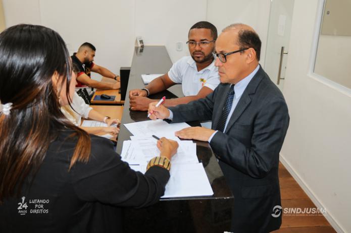 O advogado Pedro Duailibe e o vice-presidente do Sindjus-MA, George Ferreira, em busca de informações na Coordenadoria de Precatórios do TJMA