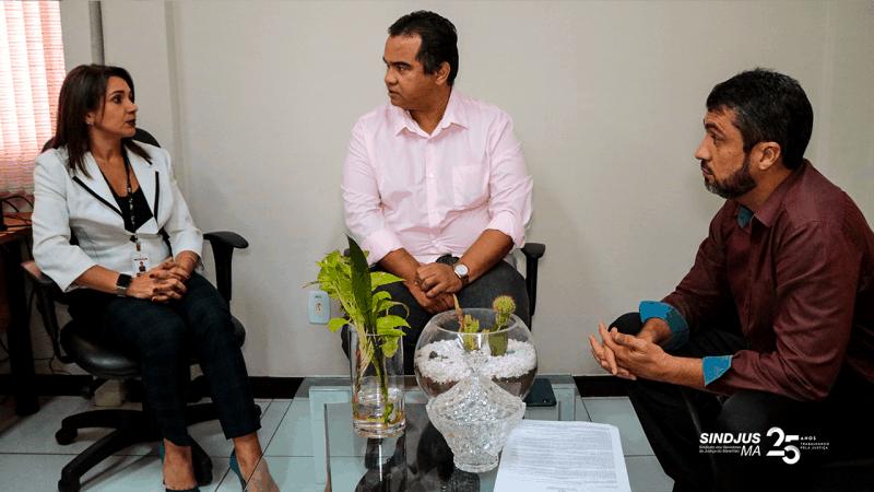 O presidente do Sinsjus-MA, Aníbal Lins, e o secretário-geral, Márcio Luís Andrade, se reuniuram com a diretora de Recursos Humanos do TJMA, Mariana Brandão, para discutir concurso de remoção