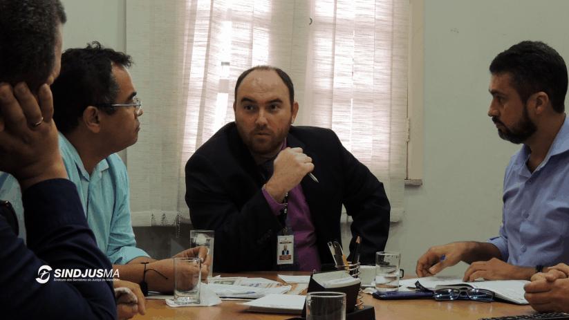 O presidente do Sindjus-MA, Aníbal Lins, em reunião com o diretor geral do TJMA, Mario Lobão Carvalho, e o secretário-geral do Sindicato, Márcio Luis Andrade Souza