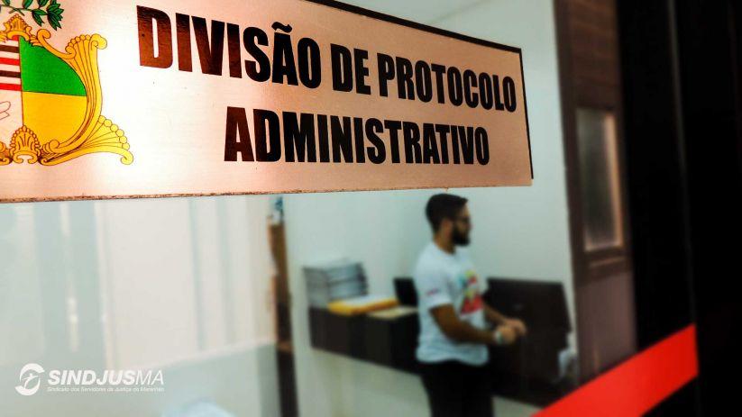 Entrada da Divisão de Protocolo Administrativo do TJMA. Ao fundo, no interior da sala, o diretor de Assuntos Jurídicos do Sindjus-MA, Artur Estevam Filho