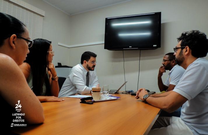 À direita, diretor de Mobilização Pedro Davi Araújo, e vice-presidente do Sindicato, George Ferreira. A esquerda, o juiz Cristiano Simas e servidoras da Divisão de Planejamento