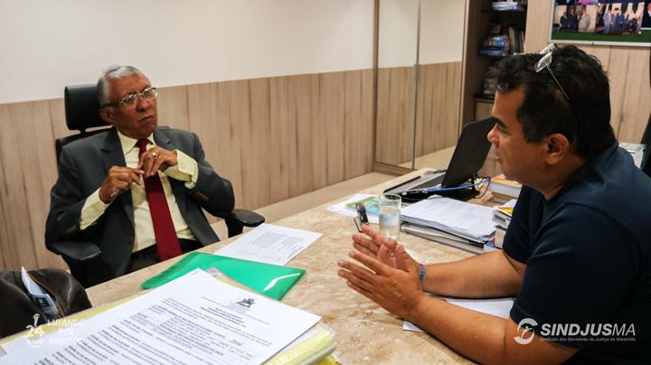 Desembargador João Santana em reunião com o presidente do Sindjus-MA, Aníbal Lins