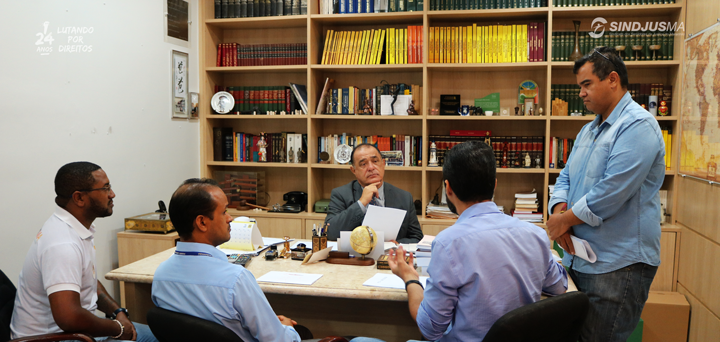 Diretoria do Sindjus-MA em audiência com o desembargador Jorge Rachid, mais ao fundo