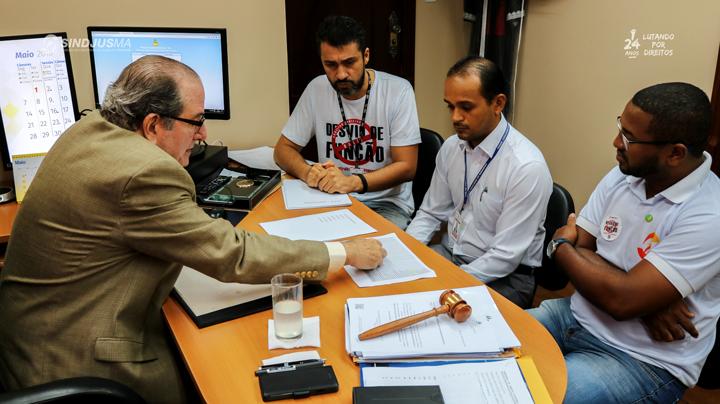Desembargador Ricardo Duailibe, à esquerda;  o secretário-geral do Sindjus-MA, Márcio Luís Andrade Souza, ao fundo; o tesoureiro Fagner Damasceno; e o vice-presidente do Sindicato, George Ferreira