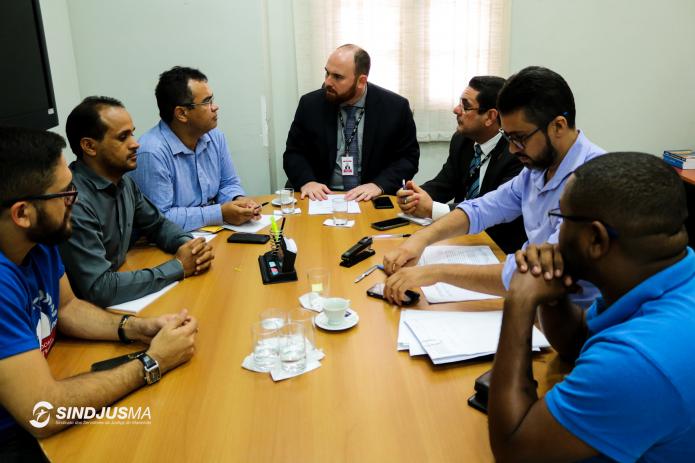 Diretoria do Sindjus-MA em reunião com o diretor-geral do TJMA, Mário Lobão, e o assessor especial da Presidência do TJMA, Renato Fontoura (os dois de terno ao centro), no dia 25 de janeiro