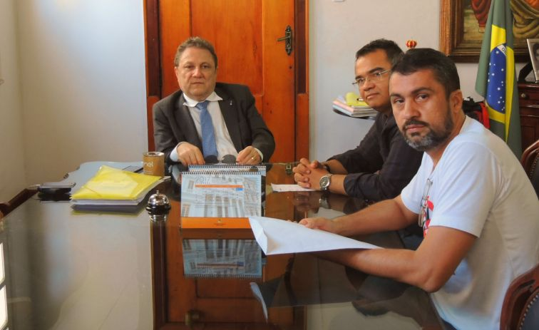Presidente do TJMA, desembargador Cleones Cunha (E); presidente do Sindjus-MA,, Aníbal Lins, e o secretário-geral do Sindicato, Márcio Luís Souza