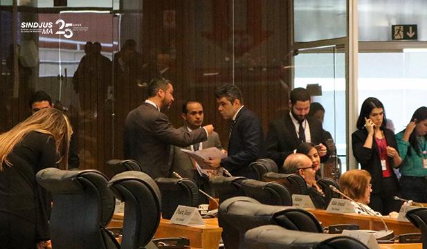 Ao fundo, Márcio Andrade e Fagner Damasceno conversam com deputado Adriano Sarney