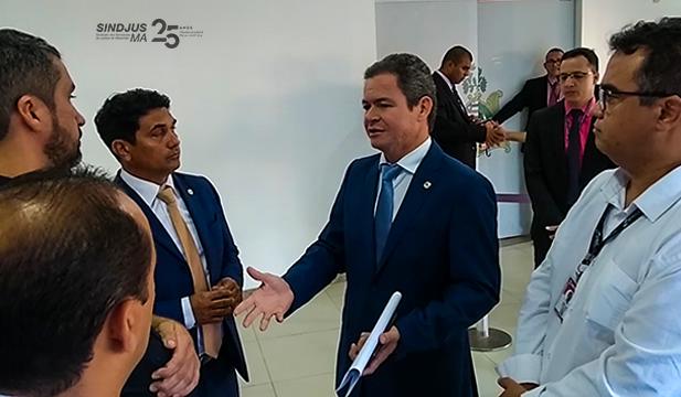 Diretores do Sindjus-MA em conversas com deputados na entrada do Plenário da Assembleia Legislativa