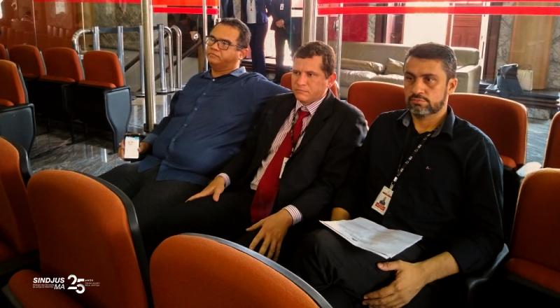 O presidente do Sindjus-MA, Aníbal Lins; o presidente da Associação dos Oficiais de Justiça, Rômulo Neves; e o secretário-geral do Sindjus-MA, Márcio Luís Andrade