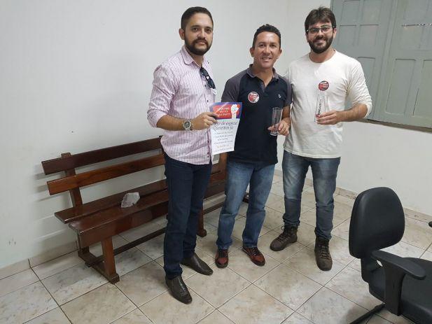 O diretor Artur Estevam Filho com servidores da Comarca de Buriti
