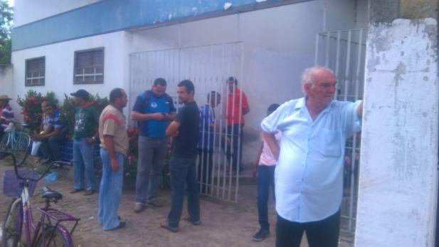 Pessoas são obrigadas a aguardar atendimento do lado de fora do Forum.