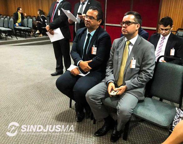O presidente do Sindjus-MA (E), Aníbal Lins, e o advogado Danilo Canhota assistem a sessão no Plenário da AL