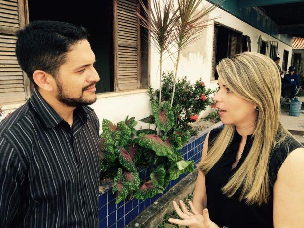O secretário de Imprensa do sindicato, Artur Araújo Filho, com a juíza da Comarca, Mirela Freitas.