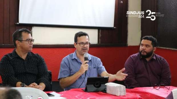 Historiador Lyndon Santos palestrou, no último sábado (14), sobre a atual conjuntura política, econômica, cultural e também religiosa do país no auditório da Sede do Sindjus-MA
